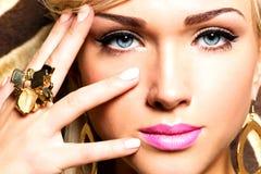 Schönes Gesicht der jungen Frau mit Modemake-up Stockbild