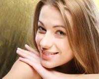 Nahaufnahmeporträt des schönen Mädchens stockfotos