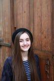 Nahaufnahmeporträt des schönen Mädchens in der Stadt Stockfotografie