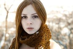 Nahaufnahmeporträt des schönen reinen Mädchens im Winter Lizenzfreie Stockfotografie