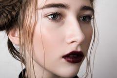 Nahaufnahmeporträt des Schönheitsmodells mit den Kirschlippen Stockbilder