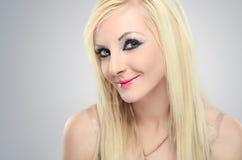 Nahaufnahmeporträt des sexy blonden Mädchens stockbild