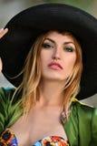 Nahaufnahmeporträt des sexy blonden Modells im Hut und im Badeanzug Lizenzfreies Stockbild