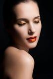 Nahaufnahmeporträt des sexy Frauenbaumusters mit Zaubermake-up Lizenzfreie Stockfotografie