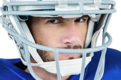 Nahaufnahmeporträt des strengen Spielers des amerikanischen Fußballs Stockfotografie
