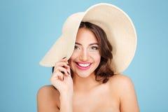 Nahaufnahmeporträt des tragenden Strandhutes und -badeanzugs der Frau Lizenzfreie Stockfotografie
