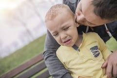 Nahaufnahmeporträt des Vaters und des schreienden Kindes im Park stockfoto