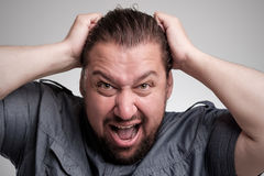Nahaufnahmeporträt des verärgerten, frustrierten Mannes, sein Haar herausziehend Negative menschliche Gefühle und Gesichtsausdrüc Stockfoto