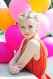 Nahaufnahmeporträt des zarten Jugendlichen mit Ballonen Stockbild
