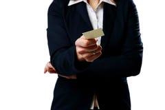Nahaufnahmeporträt einer Geschäftsfrau, die leere Visitenkarte hält stockfotografie