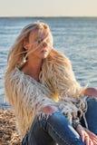 Nahaufnahmeporträt einer jungen attraktiven blonden Frau mit dem Haar zerstreute Fliegen vom Wind in den Strahlen eines hellen So stockbilder