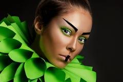 Nahaufnahmeporträt einer jungen Frau der Mode stockbild