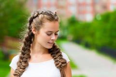 Nahaufnahmeporträt einer jungen Frau mit 20 Jährigen in einem weißen T-shir Stockfotos