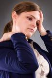 Nahaufnahmeporträt einer jungen Geschäftsfrau, die unter Hals-PA leidet Lizenzfreies Stockbild
