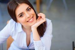 Nahaufnahmeporträt einer jungen glücklichen Frau Stockfoto