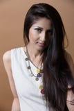 Nahaufnahmeporträt einer jungen indischen Frau Lizenzfreies Stockbild
