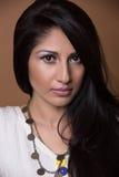 Nahaufnahmeporträt einer jungen indischen Frau Stockfotografie
