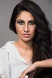 Nahaufnahmeporträt einer jungen indischen Frau Stockbild