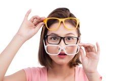 Nahaufnahmeporträt einer jungen netten asiatischen Frau in den Gläsern stockfoto