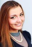 Nahaufnahmeporträt einer lächelnden Frau Stockbilder