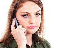 Nahaufnahmeporträt einer recht jungen Geschäftsfrau, die auf Pöbel spricht Lizenzfreie Stockfotos