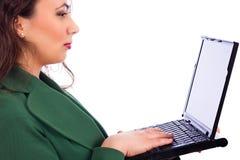 Nahaufnahmeporträt einer recht jungen Geschäftsfrau, die ein lapto hält Stockbilder