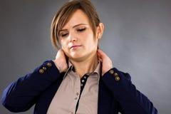 Nahaufnahmeporträt einer recht jungen Geschäftsfrau, die unter leidet Stockfotografie