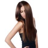 Nahaufnahmeporträt einer schönen jungen Frau mit dem eleganten langen glänzenden Haar stockbild