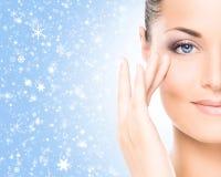 Nahaufnahmeporträt einer schönen und gesunden Frau auf dem Schnee lizenzfreie stockbilder