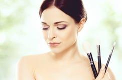 Nahaufnahmeporträt einer Schönheit: über grünem Hintergrund H Lizenzfreie Stockbilder