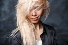 Nahaufnahmeporträt einer Schönheit mit schlampigem blondem Haar a Lizenzfreie Stockbilder