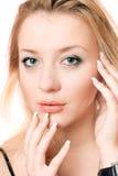 Nahaufnahmeporträt einer spielerischen schönen Blondine Lizenzfreie Stockfotos