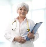 Älterer weiblicher Doktor Stockfoto