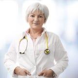 Älterer weiblicher Doktor Lizenzfreie Stockfotografie