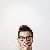 Nahaufnahmeporträt eines überraschten Mannes lizenzfreie stockfotos