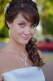Nahaufnahmeporträt eines attraktiven jungen Brautlächelns stockbilder