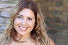 Nahaufnahmeporträt eines attraktiven Lächelns der jungen Frau Stockfotos