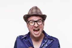Nahaufnahmeporträt eines aufgeregten mittleren erwachsenen Mannes mit dem Mund offen Stockfotos