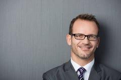 Nahaufnahmeporträt eines freundlichen Geschäftsmannes Lizenzfreie Stockbilder