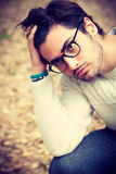 Nahaufnahmeporträt eines hübschen jungen Mannes mit Gläsern stockfoto