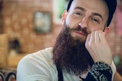 Nahaufnahmeporträt eines jungen und modernen männlichen Herrenfriseurs Stockfotos