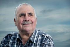 Nahaufnahmeporträt eines kaukasischen älteren Mannes mit dem Schnurrbart Lizenzfreies Stockfoto