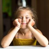 Nahaufnahmeporträt eines kleinen glücklichen Mädchens stockbilder
