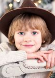 Nahaufnahmeporträt eines lächelnden Jungen in einem braunen Hut stockfoto