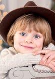 Nahaufnahmeporträt eines lächelnden Jungen in einem Hut stockfotografie