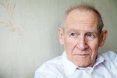 Nahaufnahmeporträt eines nachdenklichen älteren Mannes lizenzfreies stockbild