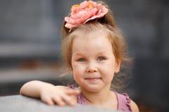 Nahaufnahmeporträt eines reizenden kleinen Mädchens lizenzfreie stockfotos