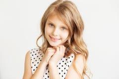 Nahaufnahmeporträt eines reizenden kleinen Mädchens stockbilder
