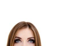 Nahaufnahmeporträt einer schönen Frau, die oben schaut. Lizenzfreies Stockbild