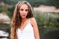 Nahaufnahmeporträt eines schönen lächelnden blonden Mädchens mit Naturlocken lizenzfreies stockfoto